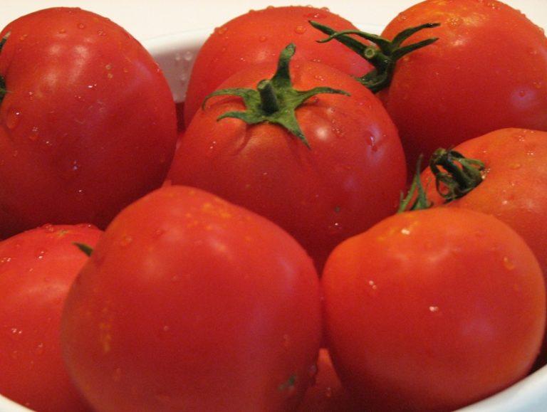 Сорт томата Андромеда используется в различных кулинарных блюдах, овощи прекрасны не только в свежем виде, их маринуют, солят, из помидоров готовят соки, пасты и другие прекрасные заготовки