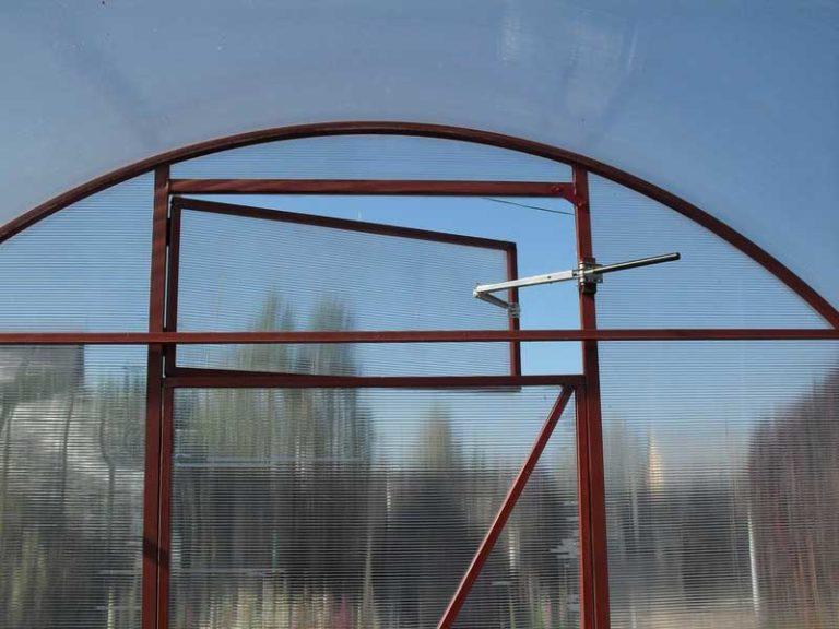 В случае если дачная теплица имеет солидные габариты, то вентиляция осуществляется при помощи пары форточек