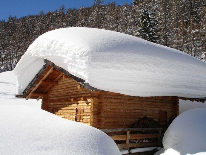 Если седьмого числа крыши домов были укрыты снегом, то снегопады будут продолжаться аж до шестого мая