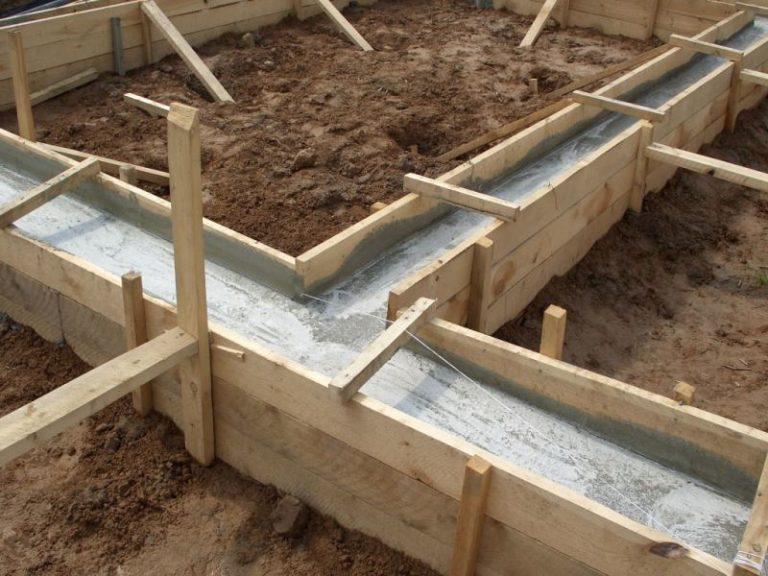 Возведение каждой постройки начинается с заливки фундамента