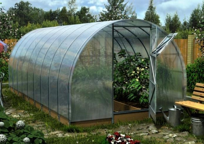 Такая теплица в саду может быть собрана своими руками в течение 2-3 дней