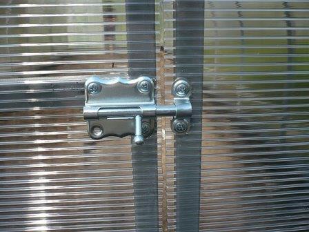 Дверь из поликарбоната для теплиц создает тепловую завесу для всей конструкции