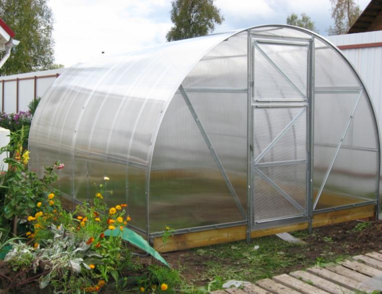 Отзывы заядлых садоводов о конструкциях из эко материала больше положительные, они отмечают высокое качество материала, хорошие эксплуатационные показатели, безопасность, и эстетичный внешний вид