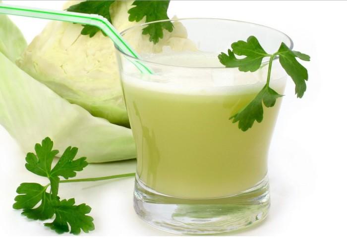 Наличие сильного антигистаминного свойства позволяет употреблять сок от квашеной капусты при лечении аллергических явлений