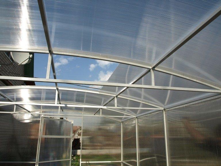 """Парник для овощей """"Флора"""" снабжен не только съемным куполом. Он имеет 2 форточки и 2 двери"""