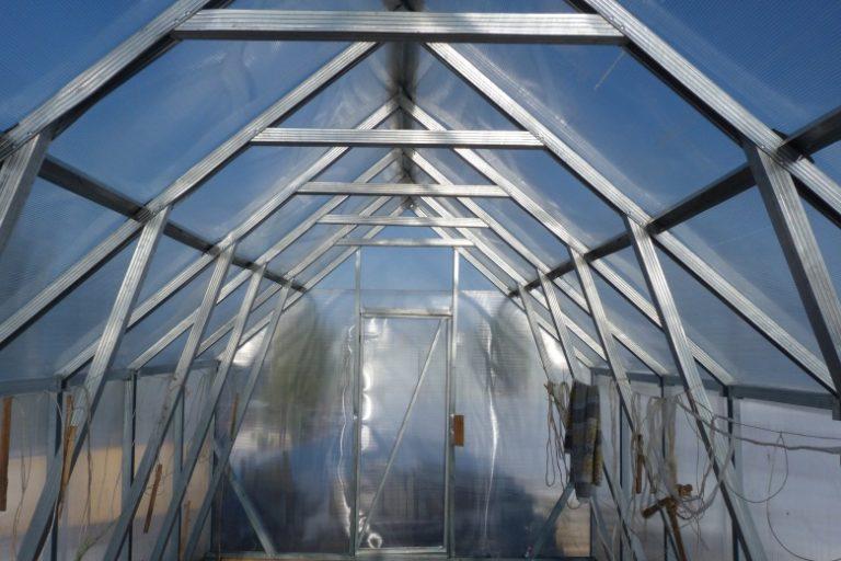 Длина — 3-4 м. Это оптимальный показатель, так как помещение меньшего размера не позволит выращивать достаточное количество овощей и зелени, а более просторное, хуже удерживает тепло