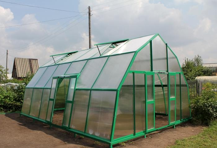 Особая конструкция профиля предусматривает герметичное соединение листов поликарбоната между собой