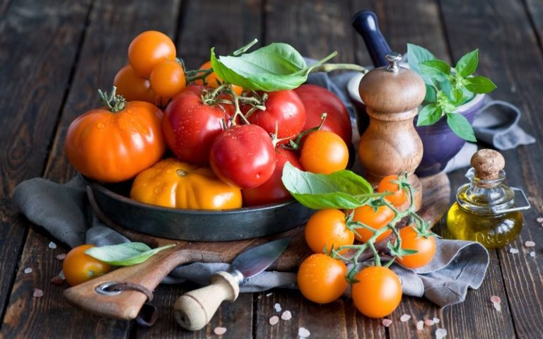 Безопаснее всего есть помидоры в сезон их созревания, не ранее