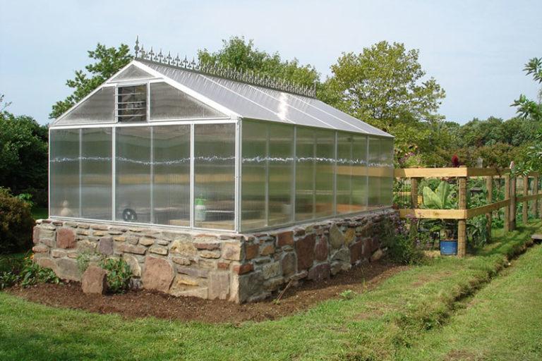 Если конструкция постоянная неразборная, разместите ее ближе к дому. Это позволит подвести к теплице воду, электричество и обогрев
