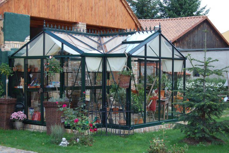 Покатая крыша защищает от давления скапливающихся осадков