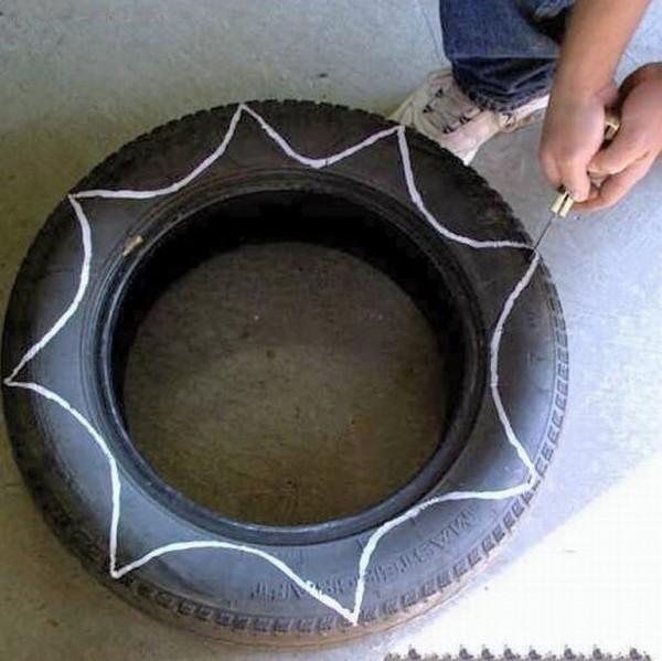 Каждое изделие разрезается и вкапывается вокруг ствола или куста
