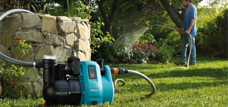 Сам агрегат ставится на землю, а закачивается вода с помощью водозаборного шланга