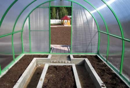 Интенсивное выращивание овощей в теплице невозможно без плодородной почвы