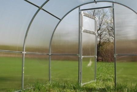 Теплица из оцинкованной трубы будет отличным выходом для современного садовода