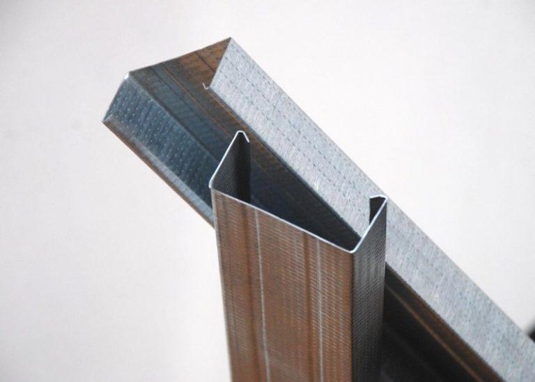 Оцинкованный профиль, который применяется для подвешивания гипсокартона в ремонтных работах