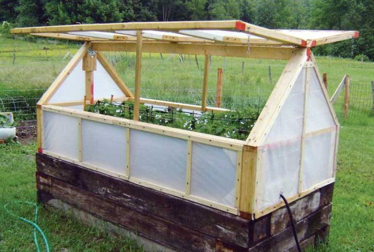 Дачники часто устанавливают в парнике системы отопления, для повышения температуры используют биотопливо
