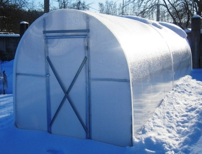 Поликарбонат прекрасно переносит высокие нагрузки и не трескается, что особенно важно для тех областей, в которых выпадает много снега