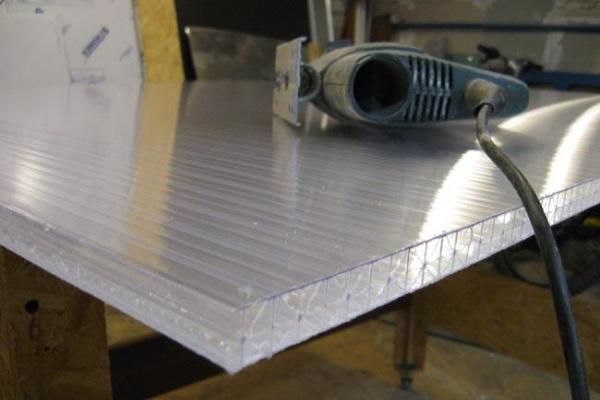 Согласно технологии монтажа поликарбоната, резка его должна производиться дисковой или ручной пилой со стандартным наклоном зубьев 30º