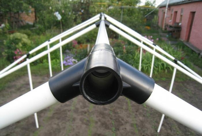 Самодельная теплица из ПВХ-труб обтягивается полотнами армированного полиэтилена