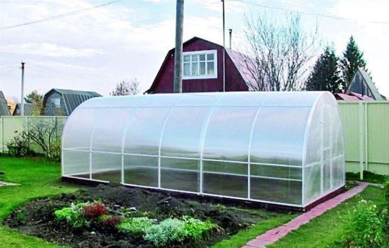Производитель выбрал арочную форму крыши. Такое решение делает сооружение устойчивым к внешним нагрузкам