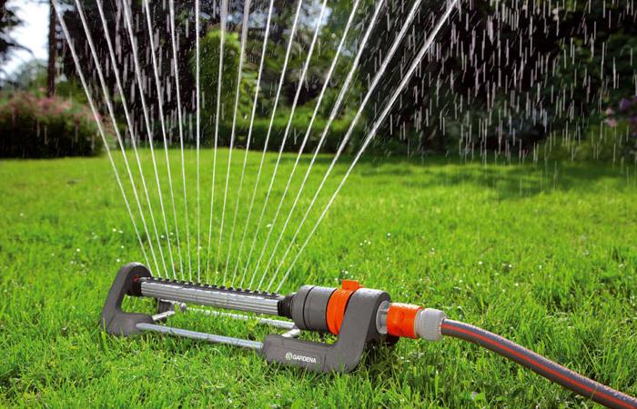 Системы полива газона своими руками сделать не очень сложно, они могут быть выполнены аналогично магазинным