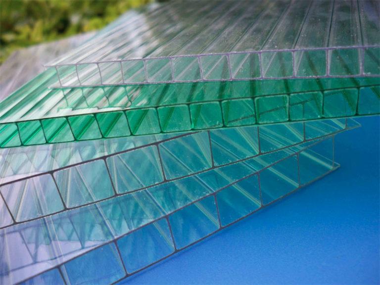 Сотовый поликарбонат для теплицы бывает производства отечественных и зарубежных фирм. Он имеет разную толщину и цвет