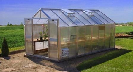 Чтобы повысить эффективность огорода, целесообразно владельцу дачного надела заняться возведением теплицы из поликарбоната