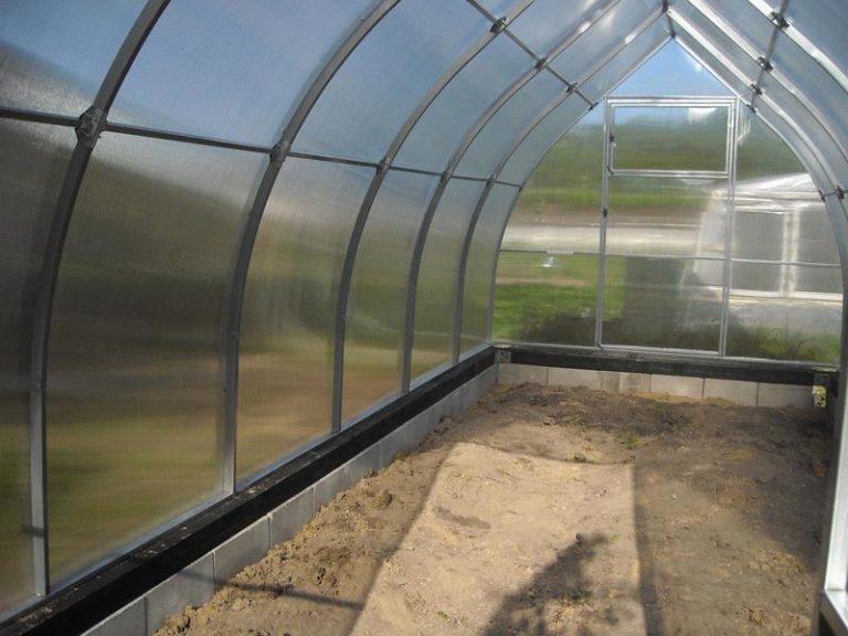 В качестве прозрачного покрытия используется сотовый поликарбонат