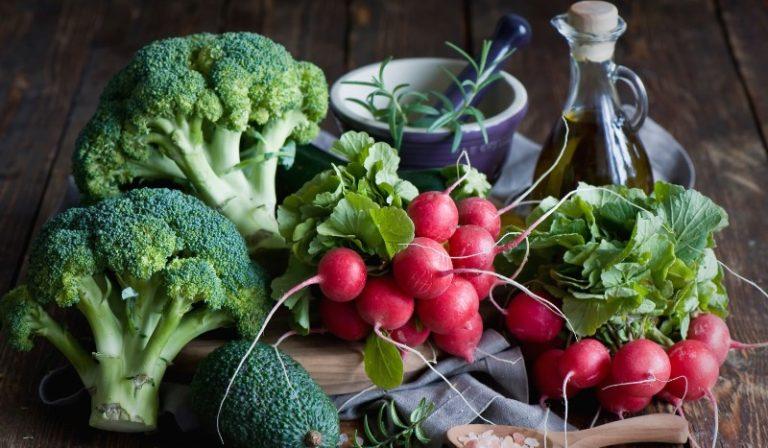 Всегда будут уместными к столу редис и свежая зелень: укроп, луковое перо, салат, щавель