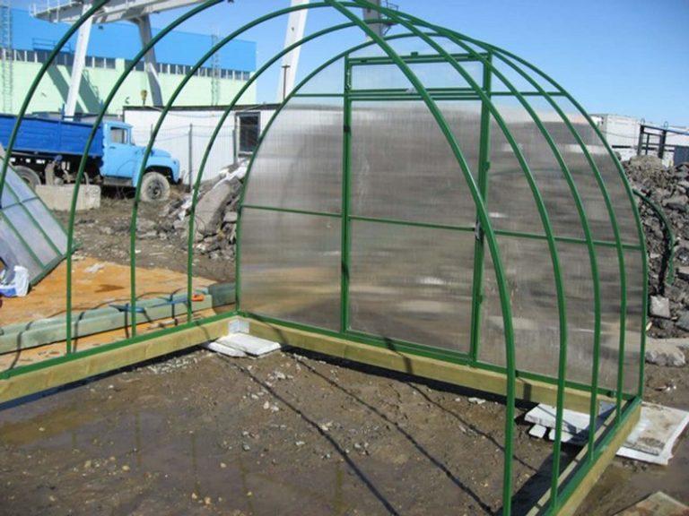Металлические теплицы с правильным расположением секций устойчивы к воздействию ветра и снега