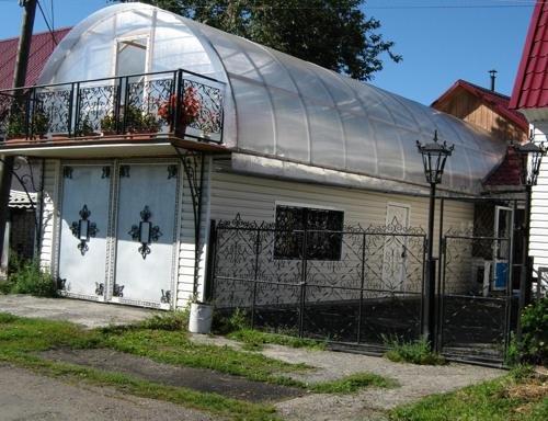 Теплица на крыше является единственным способом выращивать цветы или зелень для людей, которые испытывают острый дефицит в плодородной земле