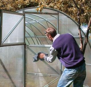 Обработка грядок и теплицы из поликарбоната осенью