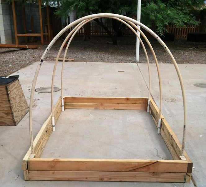 Из арматуры нужно нарезать 4 куска длиной 50 см и вбить их в углы деревянной постройки с внутренней стороны