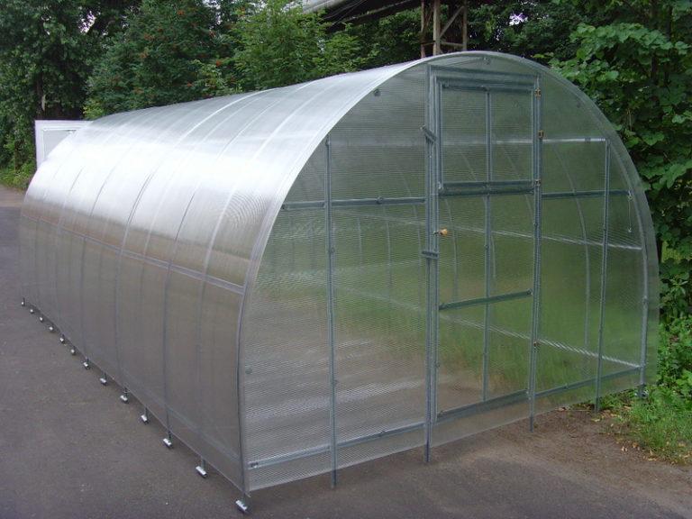 Сотовый поликарбонат, который применяется в создании теплиц, выигрывает в качестве по сравнению с другими покрытиями пленочного типа