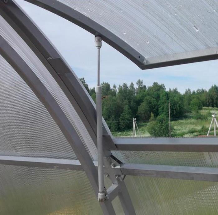 Термопривод для проветривания теплиц представляет собой цилиндр, заполненный бесцветными кристаллами циклогексанола — вещества, которое при нагревании значительно увеличивается в объеме