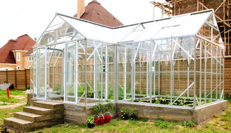 Для круглогодичного использования тепличного комплекса обязательно нужно обеспечить качественный обогрев почвенной смеси