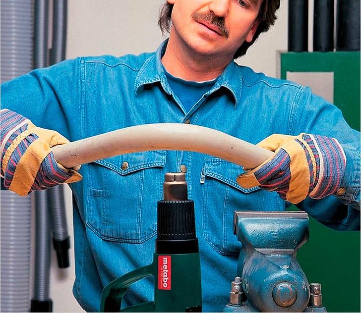 Нагреть место сгиба строительным феном до 150°C. После этого профиль для теплицы сгибается руками