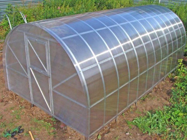 Поликарбонат имеет различную толщину и плотность. Оптимальной толщиной считается 6 мм