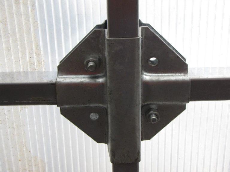 Фиксирующие каждое соединение труб 4 болтами