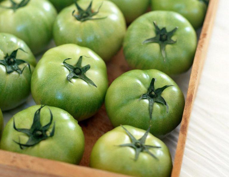 Иногда хранить помидоры в домашних условиях не очень удобно, особенно в городских квартирах, и тогда для их быстрого созревания применяют другие способы
