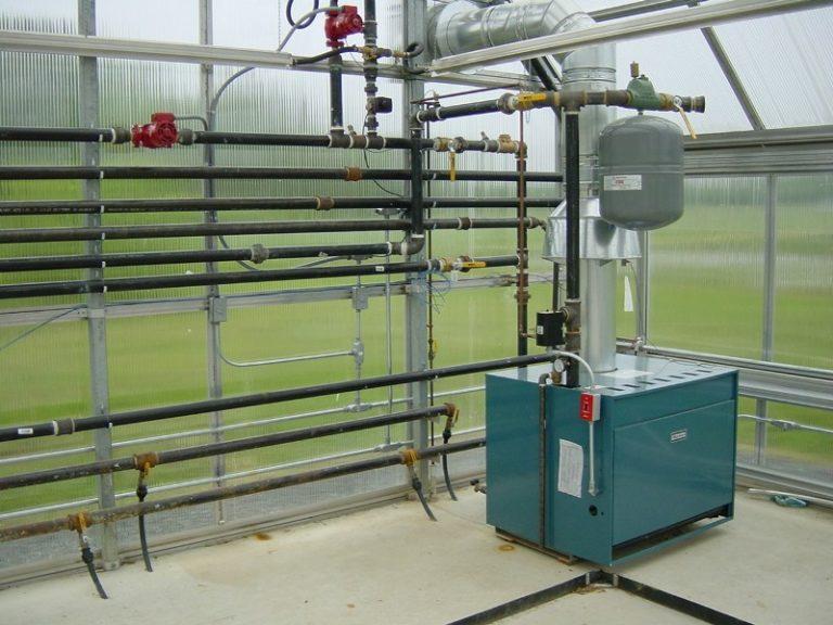 Даже если в теплице из поликарбоната тепло и держится дольше, чем в помещении из других материалов, отопление играет важную роль