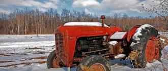 Декабрь, трактор в поле весь в снегу