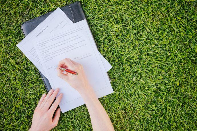 Оформление участка СНТ в собственность дает возможность выполнять различные сделки с ним