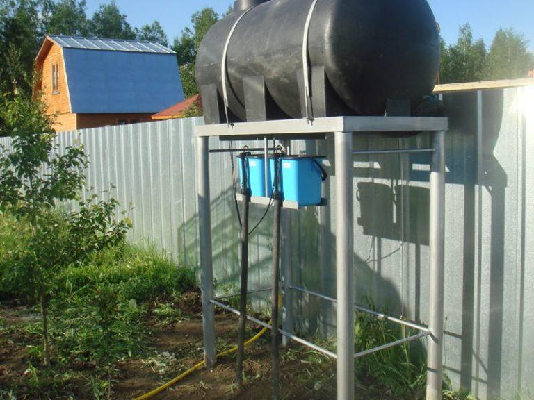 Устройство автоматического капельного полива для теплиц позволяет его владельцу не беспокоиться за регулярный полив подрастающих растений