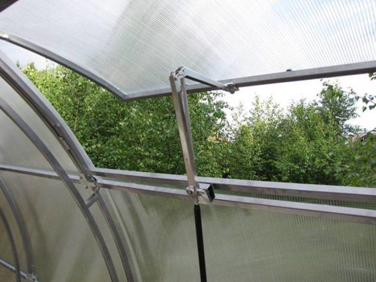 Автоматический открыватель форточки парника можно ставить на больших тепличных комплексах и незначительных конструкциях