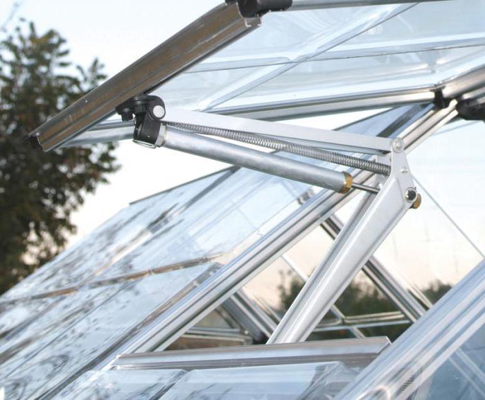 Благодаря солнечным лучам происходит прогревание воздуха внутри, и растения растут быстрее. Однако, кроме тепла, необходимо и каждодневное проветривание