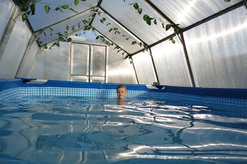 Если во дворе есть баня, то бассейн-теплица на дачном участке будет ее приятным дополнением