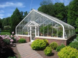 В промышленных масштабах и на просторных садовых участках может появиться большая теплица