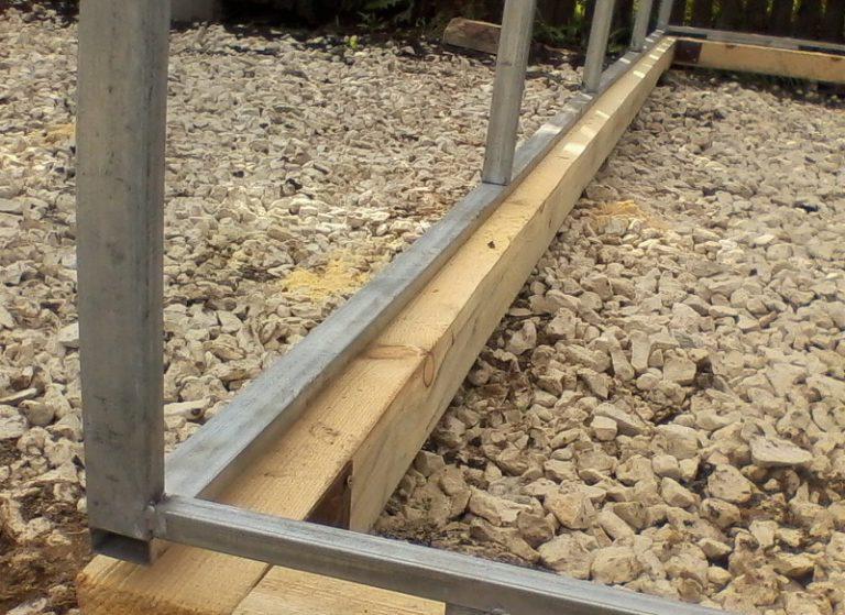 Фундамент теплицы и под парник можно сделать как деревянным, так и бетонным