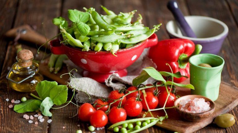 Чаще томаты едят в свежем виде и не разрезают пополам